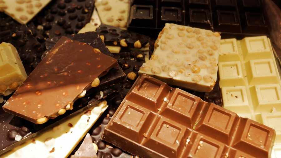 шоколад с орешками, изюмом, пралине
