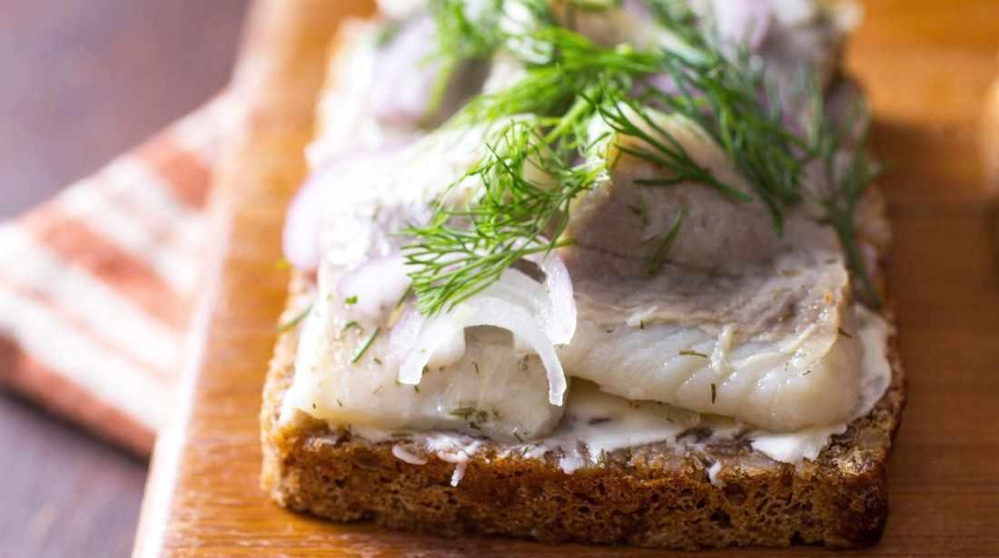 бутерброд с соленой рыбой