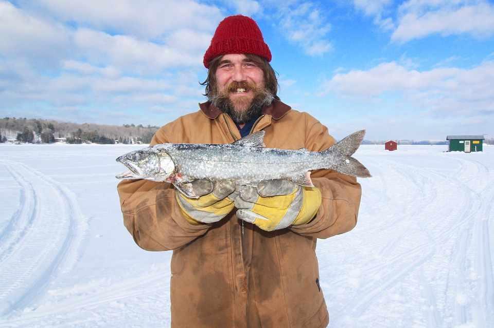 Канадец с выловленной рыбой