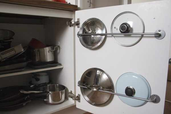 Способы хранения крышек на маленькой кухне