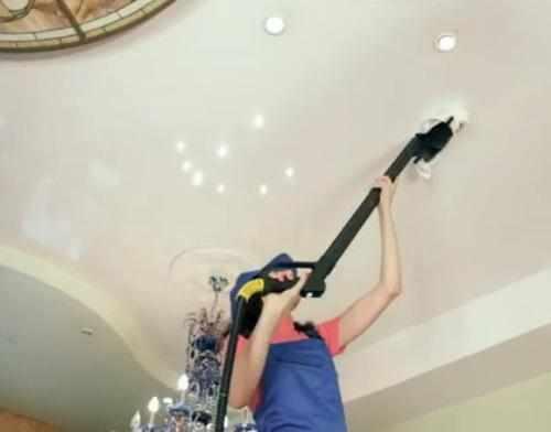 Как правильно мыть натяжной глянцевый потолок?