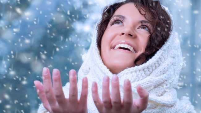 С приходом холодов у каждой девушки возникает проблема с кожей. Солнце перестает греть, а холода сушат нашу кожу и заставляют испытывать постоянный дискомфорт от стянутости и шелушения. Для того, чтобы избежать подобных проблем необходимо постоянно следить за к&lt,strong&gt,ожей лица&lt,/strong&gt,. Ведь если не уделять этой проблеме внимание в молодости, то в очень скором времени вы начнете замечать морщины, причем довольно глубокие, которые скрыть будет невозможно.&lt,!--more--&gt, &lt,strong&gt,Зимой кожа&lt,/strong&gt, меняет свойства и поэтому у представительниц жирного типа кожи все нормализуется. Сухая кожа становится более чувствительной, комбинированная становится сухой. Если всегда помнить об этих переменах, то подбирать косметические средства будет гораздо легче и тогда у вас точно не будет никаких проблем. Чтобы выглядеть безупречно необходимо проводить всегда три главных процедуры. Это питание, увлажнение и очищение. Каждой процедуре необходимо посвящать вечернее время ежедневно. Некоторым девушкам кажется, что зимой уделять вниманию очищению не так важно, потому что поры не расширяются, однако это совсем не так. Если не делать этого, то все нанесения масок и кремов будут просто бесполезны, так как они не будут проникать в вашу кожу из-за забитого верхнего слоя. Очищать следует очень аккуратно, чтобы не повредить кожу, потому что после таких мелких ошибок можно очень долго избавляться от последствий. Для очищения достаточно раз в неделю устраивать паровые ванночки. Отлично подойдет заваренная календула или ромашка над которой необходимо посидеть минут 20. Благодаря этому простому методу вы легко очистите свои поры и подготовите их к следующему этапу. Очистить лицо можно также с помощью скрабов, которые можно делать два раза в неделю, не больше. Отличными помощниками в очищении для вас будет мед, морская соль, кофе и настоянные сухоцветы. Важно не забывать после каждого скрабирования увлажнять кожу. Зимой важно питать кожу лица различными масками. Их мож