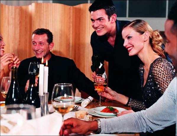 &lt,strong&gt,Обычно почетных гостей размещают&lt,/strong&gt, справа от хозяйки или хозяина дома. Иногда заранее приготавливают план стола, предъявляемый хозяином каждому гостю при входе, в обычай все более входит правило, в соответствии с которым на столе располагается картонная карточка с именем гостя.
