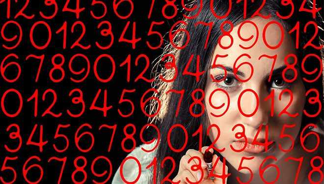 девушка пишет цифры