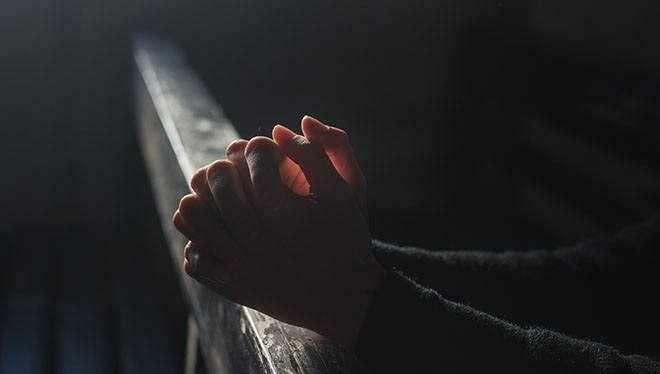молящие руки в церкви