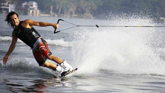 парень на доске по воде