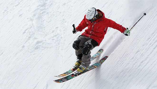 лыжник спускается с гора