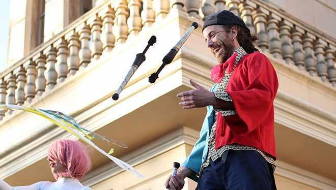 жонглер жонглирует