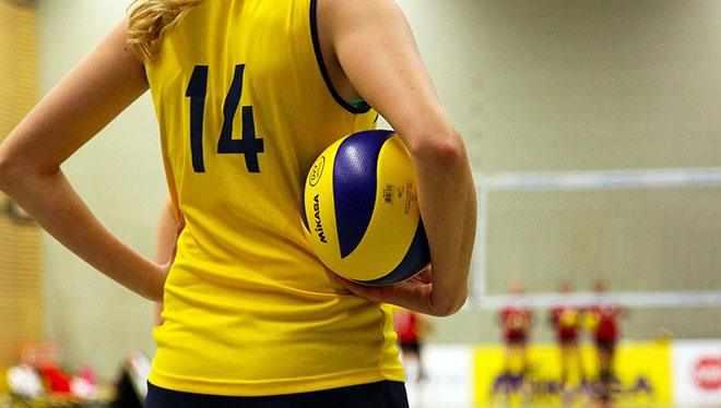 волейболистка с мячом