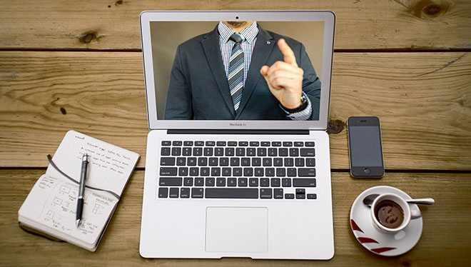 на столе ноутбук с видео