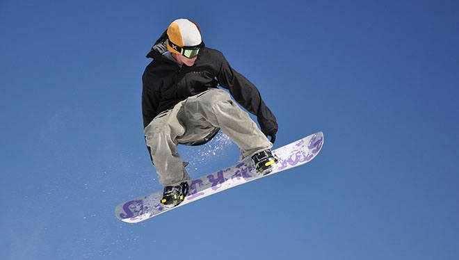 сноубордист в воздухе