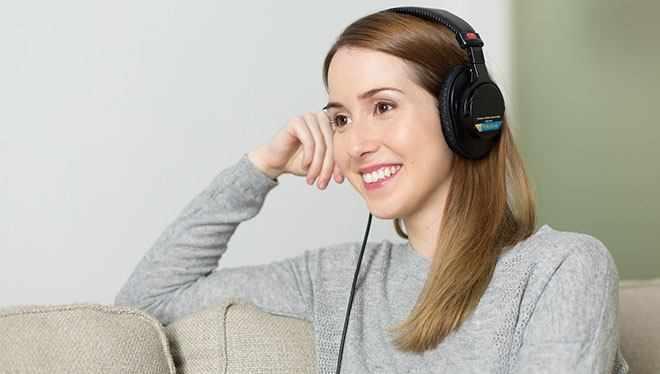девушка слушает аудио