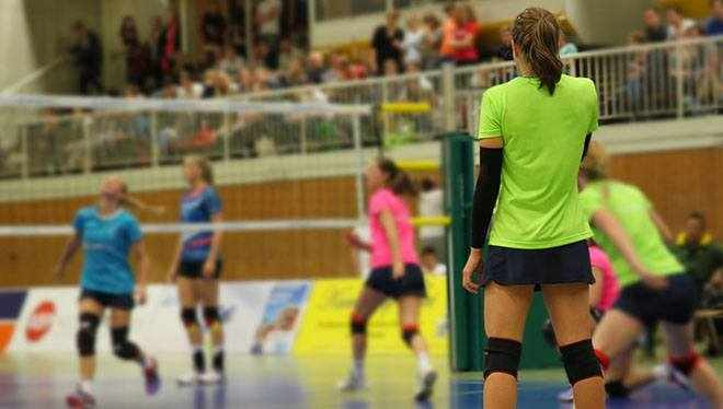 игрок стоит на волейбольном поле