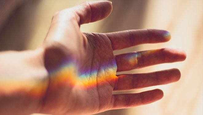 рука с радугой