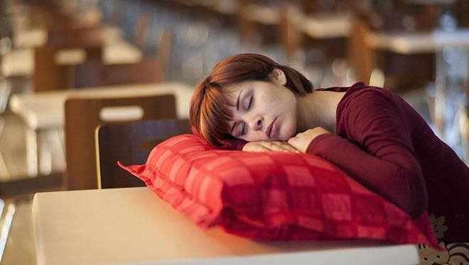 девушка заснула сидя