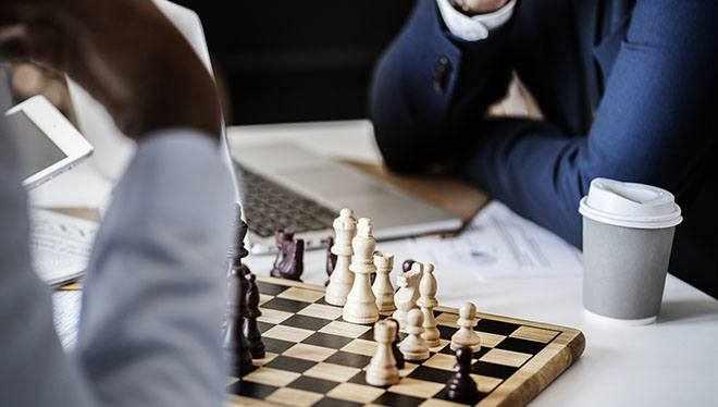 два человека играют в шахматы