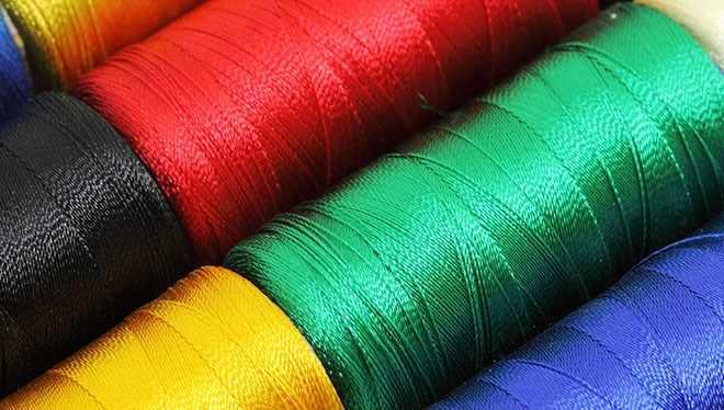 разноцветные нити в бабинах