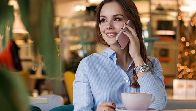 девушка в кафе с телефоном