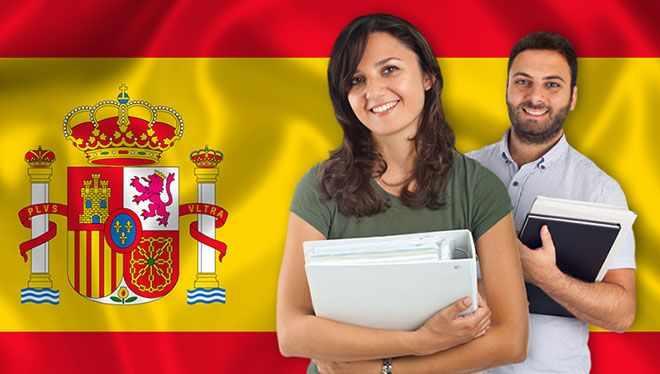 испанцы на фоне флага