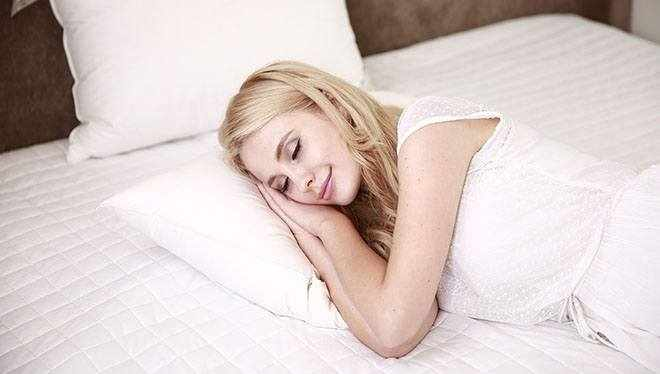 девушка сладко спит