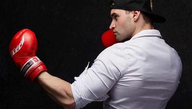 парень в боксерских перчатках