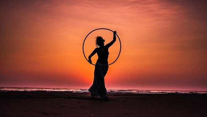 женщина с обручем на закате