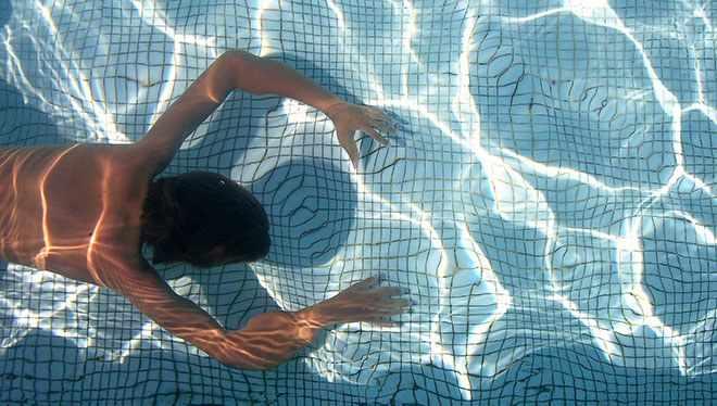 человек плывет под водой