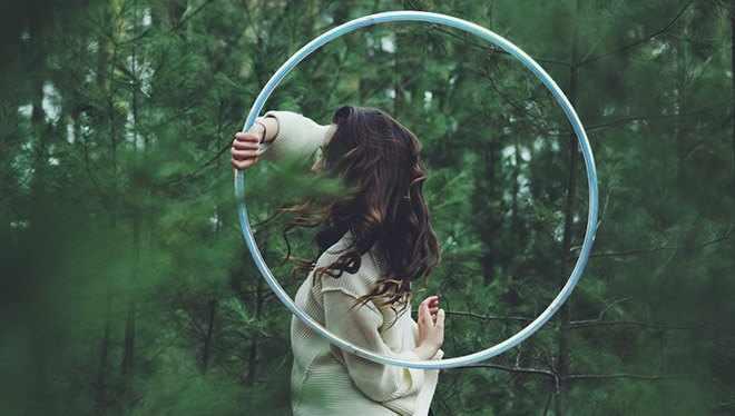 девушка с обручем в лесу