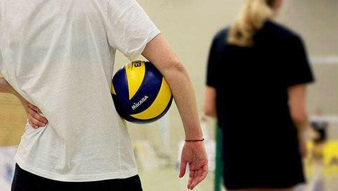 девушка стоит с мячом
