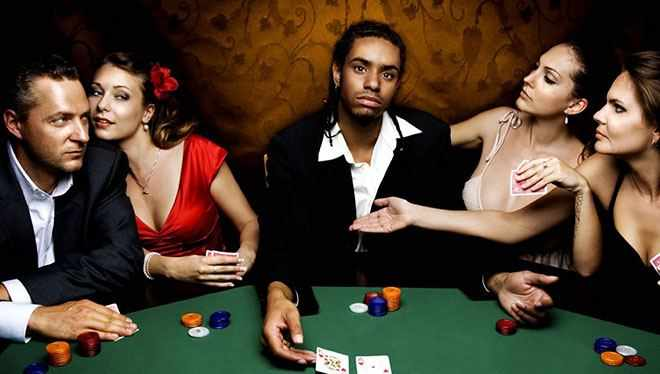 игра в карты за столом