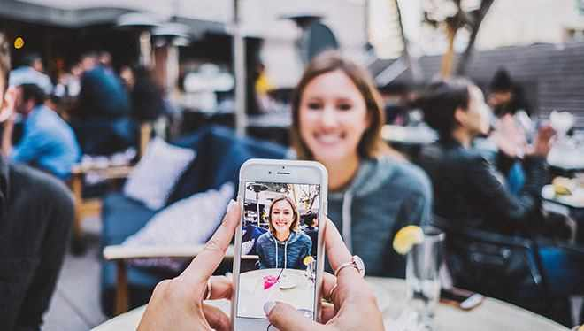 девушка фотографирует подругу