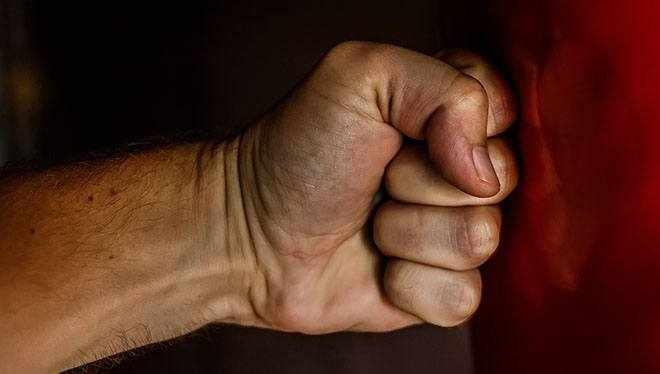 рука бьет боксерскую грушу
