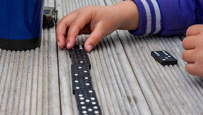 ребенок играет в домино